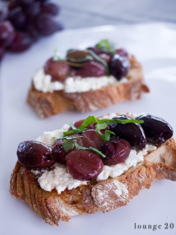Crostini mit Ricotta und Trauben und Oliven