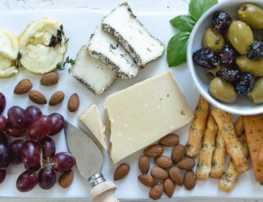 Käseplatte mit mariniertem Ziegenkäse, Cheeseplate, Lounge20