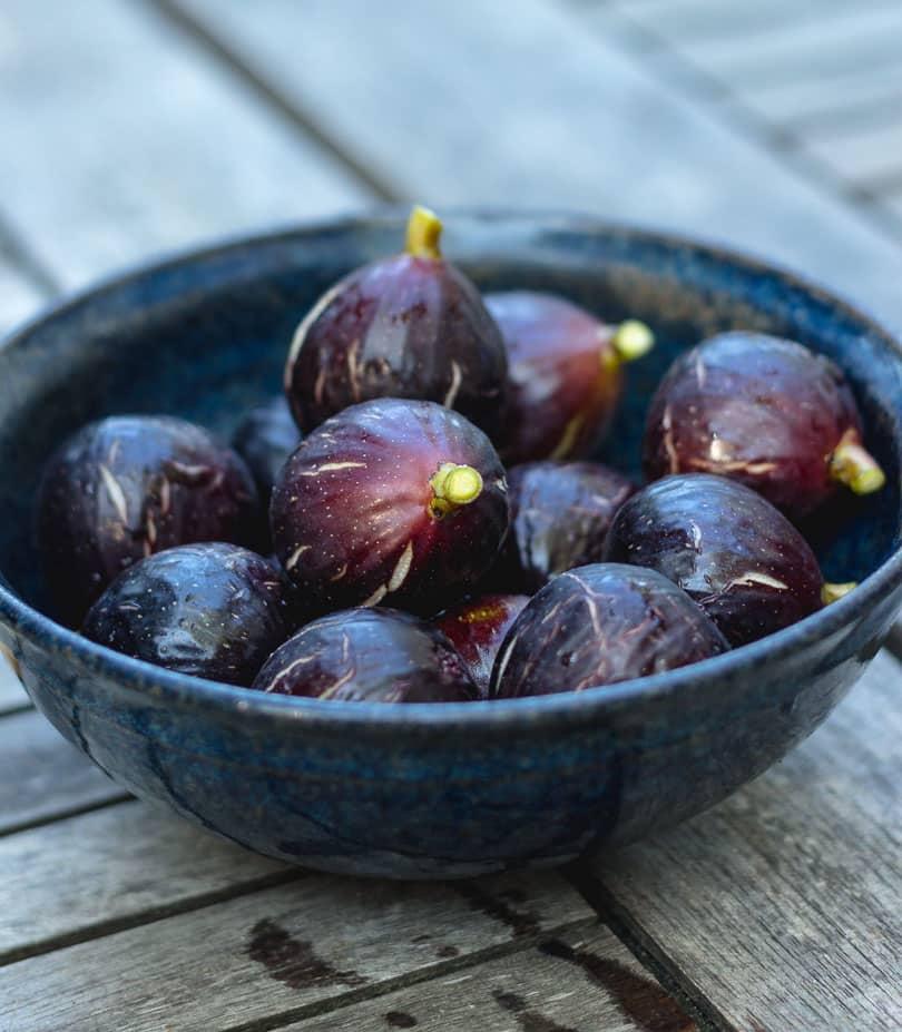 Ripe figs in a bowl
