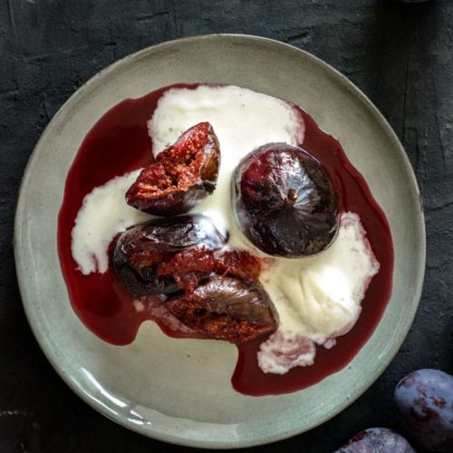 Figs and plums roasted in red wine are a quick and delicious idea for an autumn dessert. Topped with mascarpone cream they are unbelievably delicious!! | lounge20.com