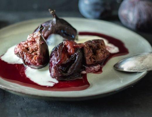 Diese in Rotwein gerösteten Feigen und Pflaumen sind eine schnelle und köstliche Variante für ein Herbstdessert. Mit Mascarponecreme getoppt einfach sooo lecker!! | lounge20.com