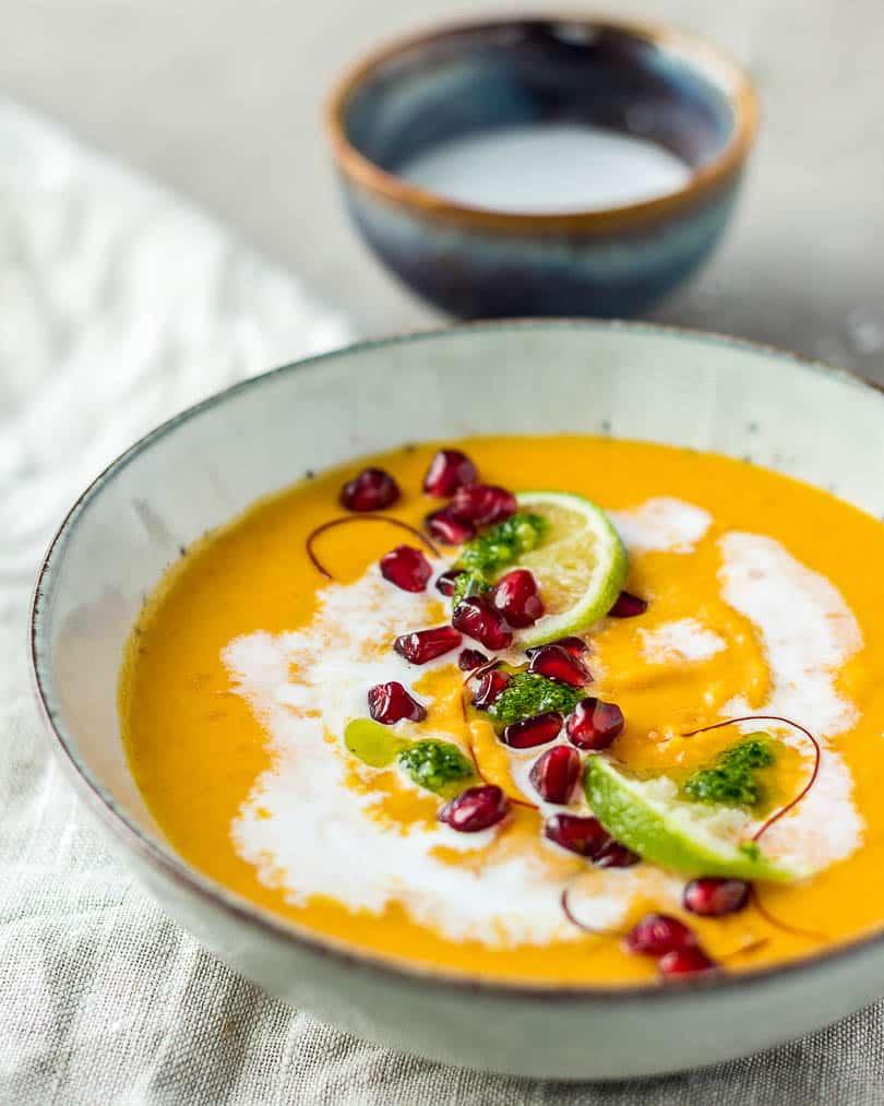 Thai Suppe mit Süßkartoffeln und Karotten auf Tisch