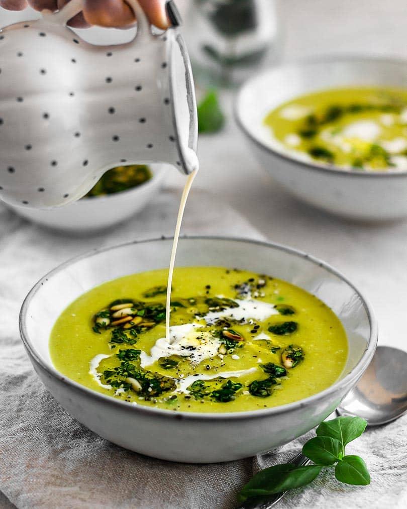 Lounge 20 - Pea soup with basil mint pesto