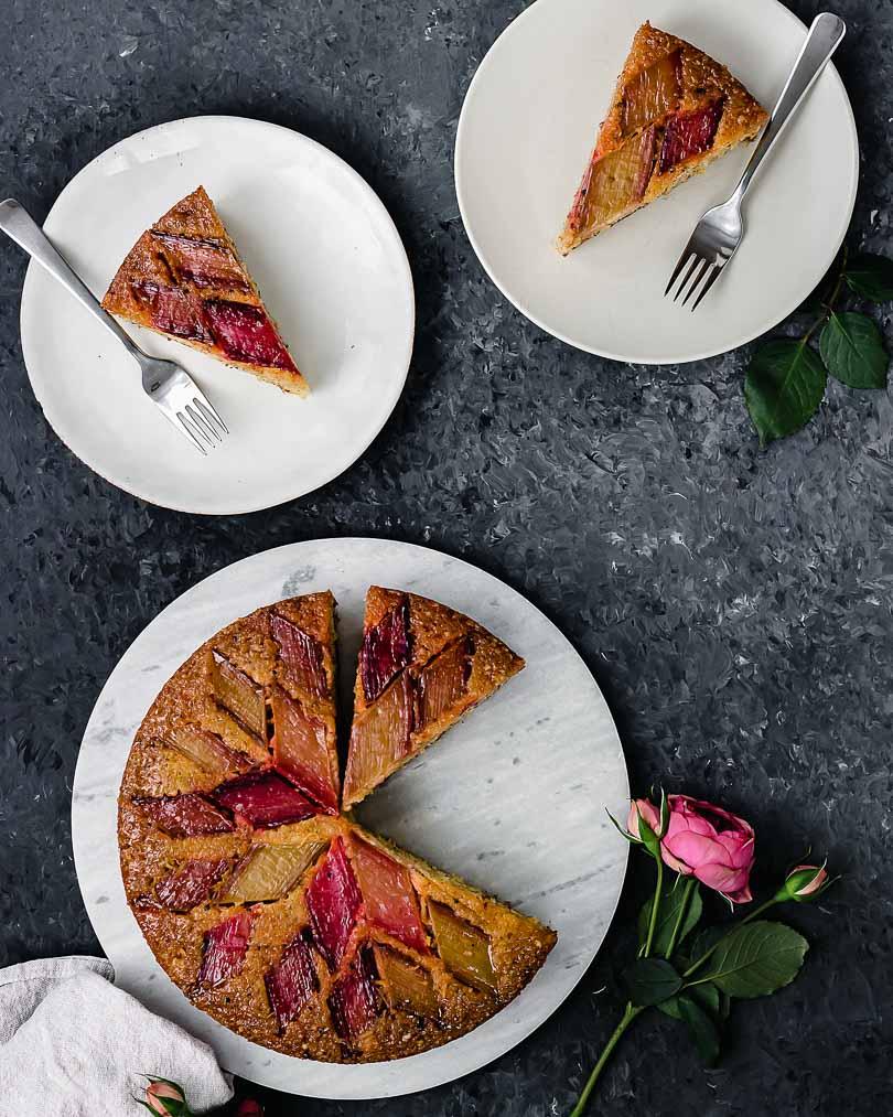 Upside down Rhabarberkuchen mit Orange und Kardamom, mehrere Stücke