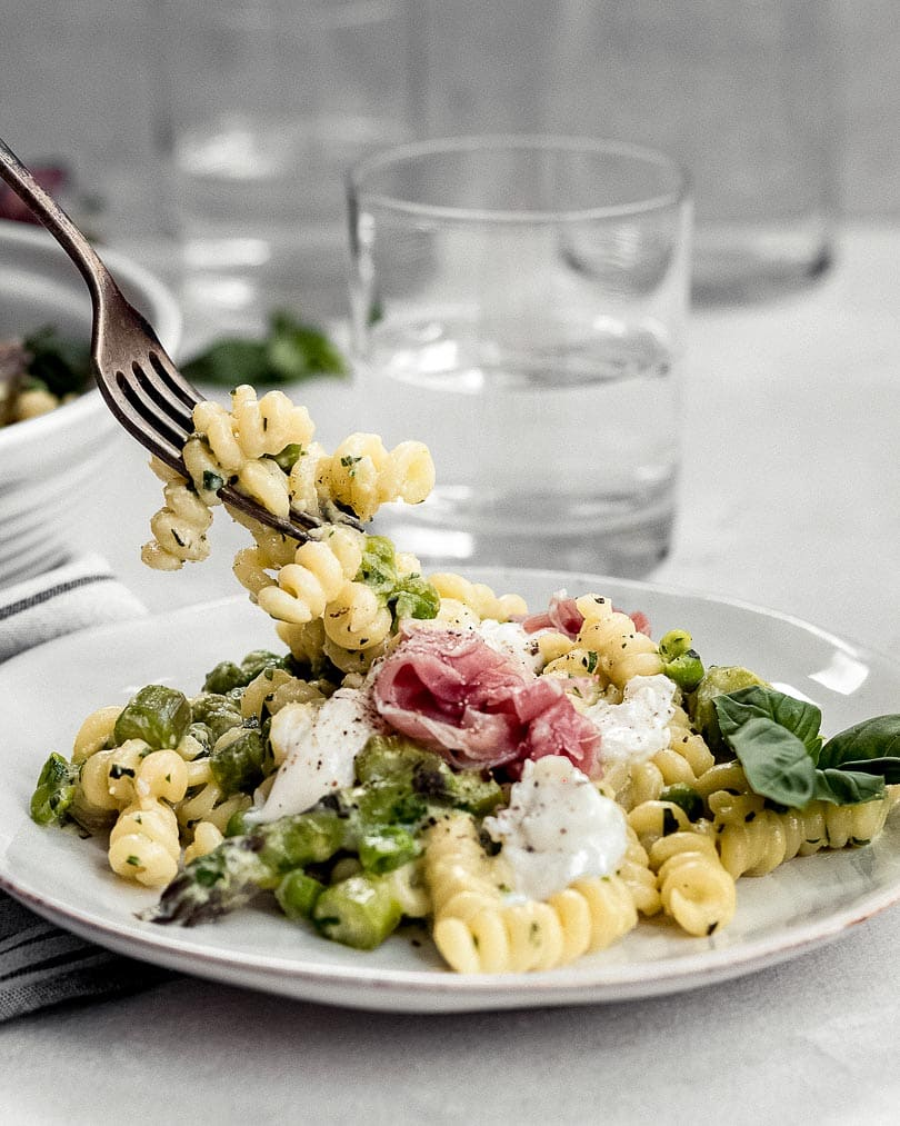 Spring pasta with green asparagus, peas and burratta