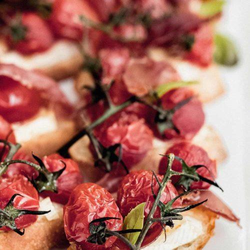 Brie Crostini mit karamellisierten Tomaten und Serrano