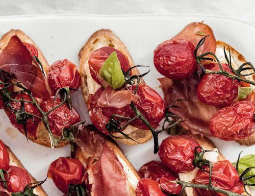 Brie Crostini mit karamellisierten Tomaten und Serrano Titelbild