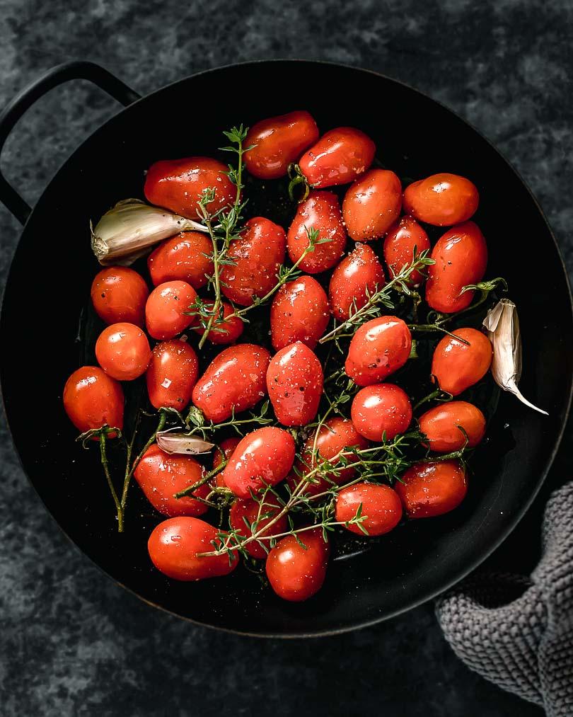 Karamellisierte Tomaten in der Pfanne aus dem Ofen