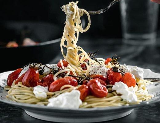 Spaghetti mit karamellisierten Tomaten und Burratta Titelbild