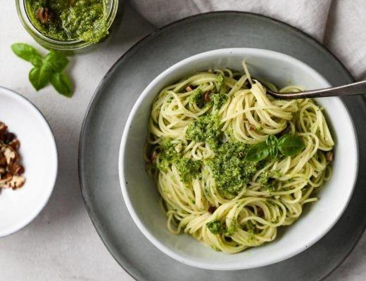 Cremige Brokkoli-Pesto Pasta mit Pecannüssen / Titelbild