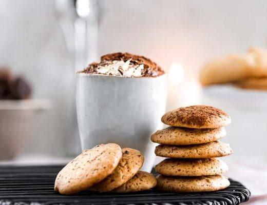 Vegane Cookies mit Cranberries und Nüssen samt Kakao-Bar