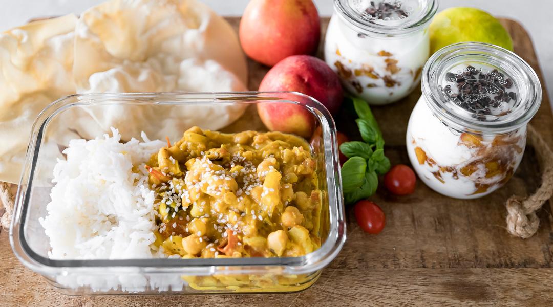 Gemüsecurry mit Reis und Dessert zum Mitnehmen in Schule und Büro