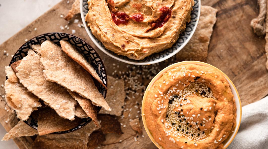 Roggen Sesam Cracker mit Hummus und Dattelcreme